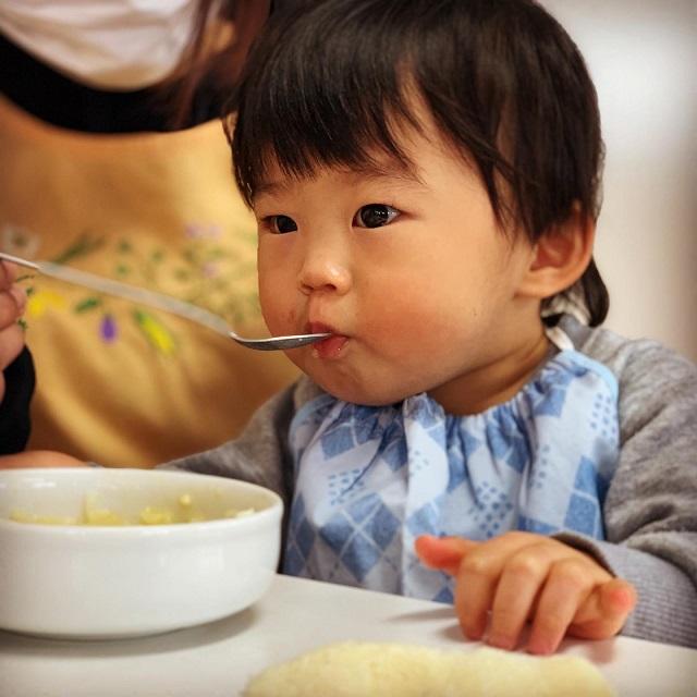 0歳児 膝の上に座って楽し食事
