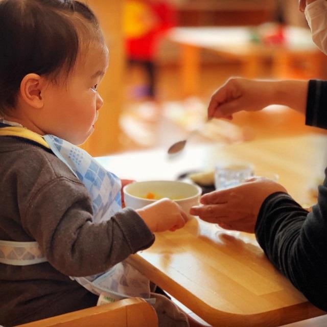 0歳児 楽しい食事 椅子に座って