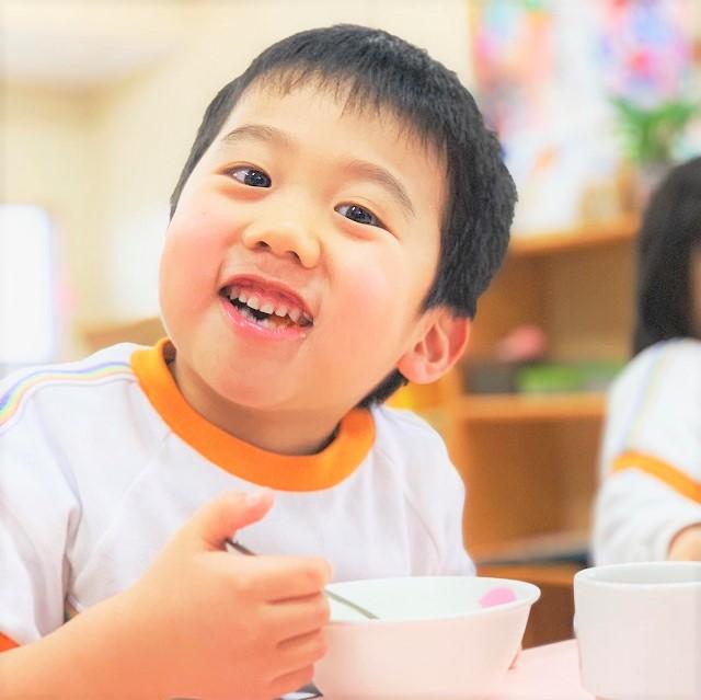 七草粥を美味しそうに食べる園児